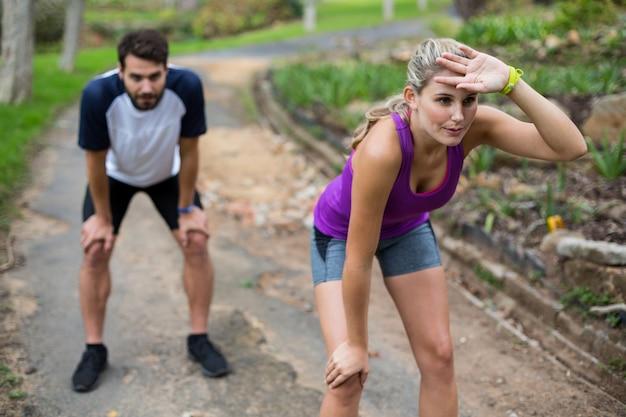 Пара чувствует себя опустошенной после пробежки
