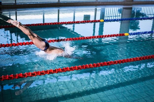 フィット男のプールでのダイビング