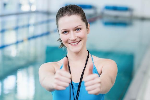 プールで親指を持つかなりトレーナー