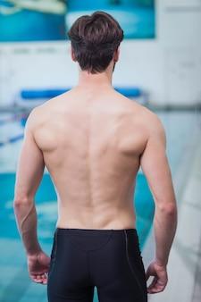 Вид сзади без рубашки человека в бассейне