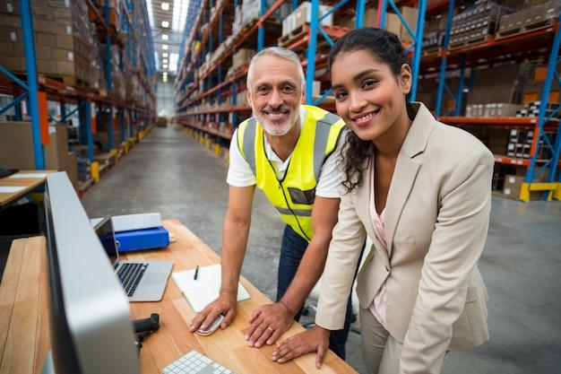 Портрет менеджера склада и работника, работающих вместе