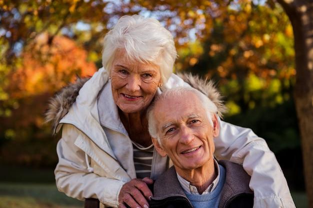 Пожилая пара обнимает