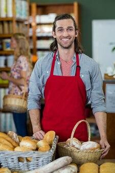 パン屋のカウンターに立っている男性の肖像画