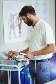 治療用超音波を使用する理学療法士