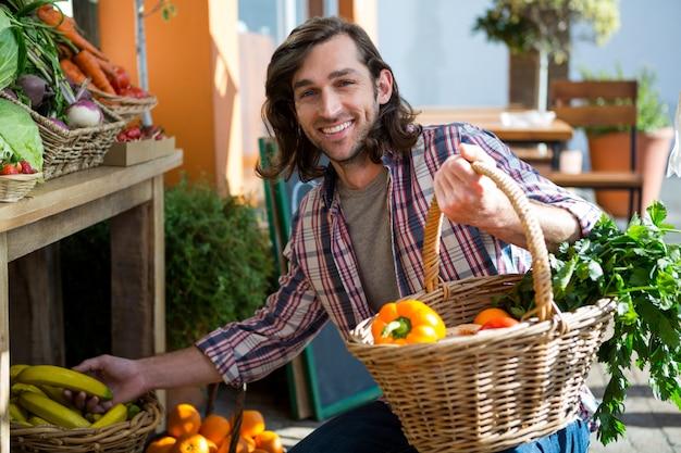 オーガニックショップで果物や野菜を買う男