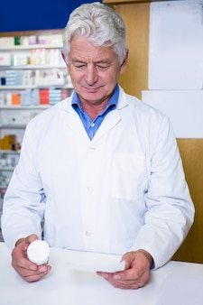 処方箋と薬を保持している薬剤師