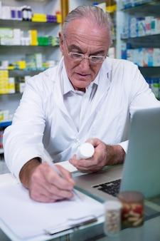 薬剤師が薬の処方箋を書く
