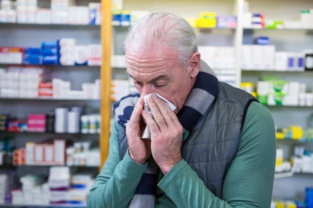 Клиент закрывает нос платком во время чихания