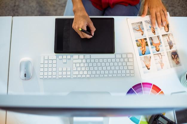 Графический дизайнер с использованием графического планшета