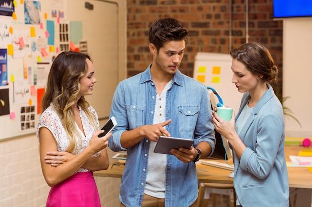 デジタルタブレットを論議しているビジネス人々