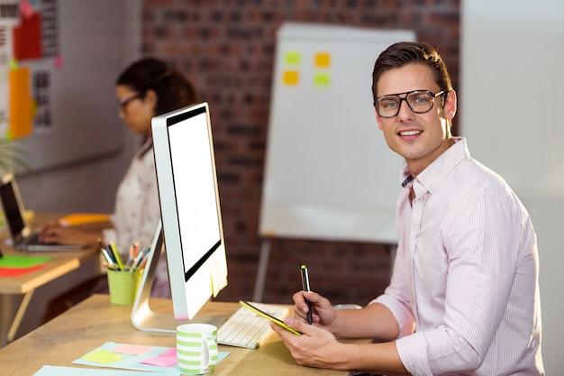 Руководитель бизнеса используя графический планшет