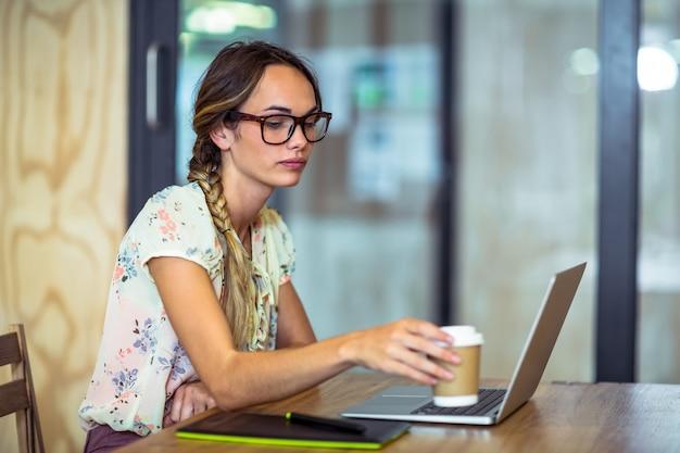 Женский графический дизайнер пьет кофе