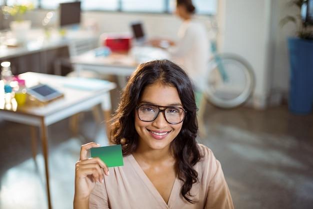 Деловая женщина держит кредитную карту