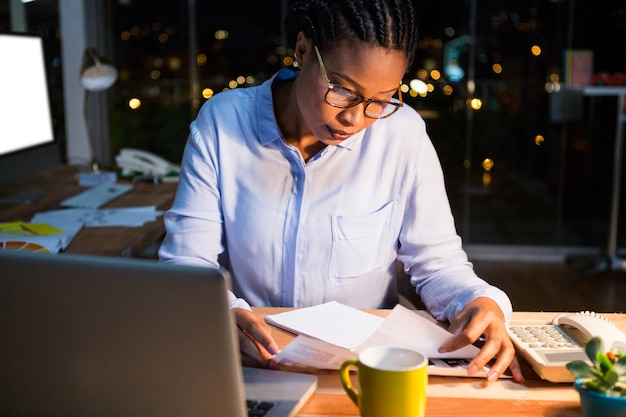彼女の机で文書を読んで実業家
