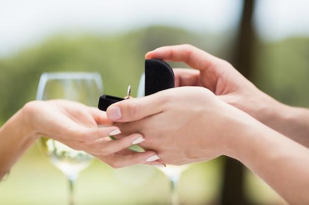 婚約指輪を提供している女性に提案している男