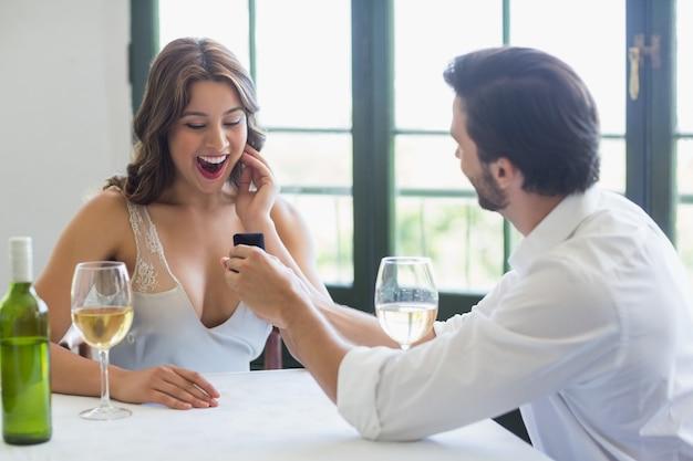 リングを持つ女性を提案している男