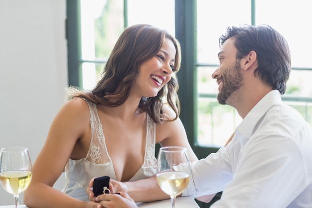 お互いを見ながら笑顔のカップル