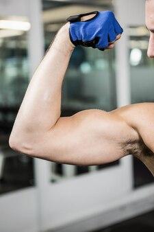 筋肉男のジムで上腕二頭筋を表示