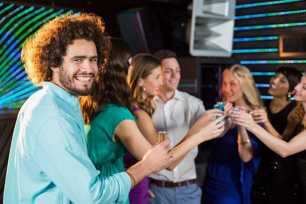 バーでテキーラを持っている友人のグループ