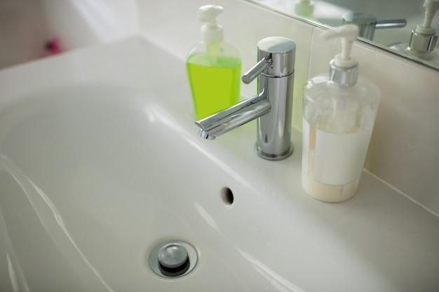 手洗面台付きの空のバスルーム