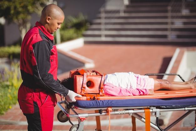 負傷した少女が救急救命士によって治療された