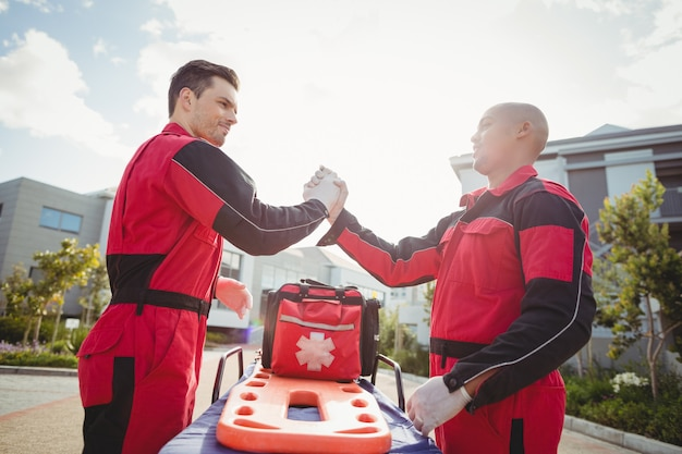 腕を組んで立っている笑顔の救急隊員