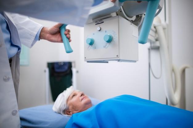 Старшая женщина проходит рентгеновский тест