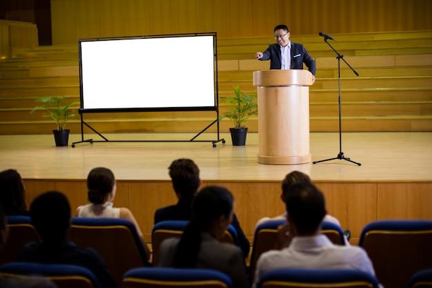 スピーチをする男性のビジネスエグゼクティブ