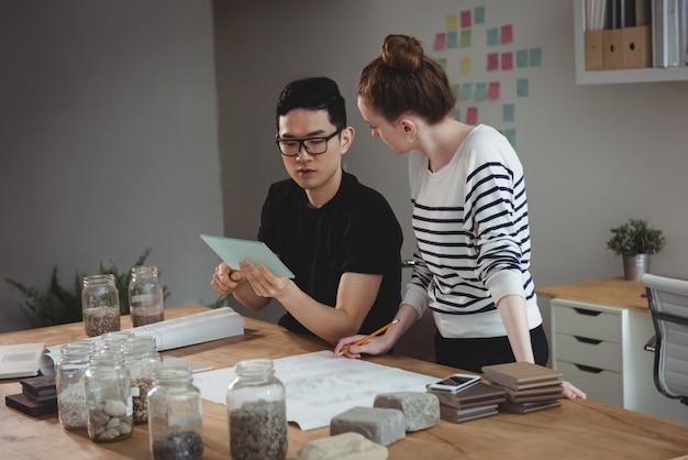 Руководители предприятий с помощью цифрового планшета