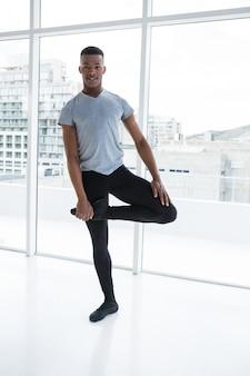 バレリーノのバレエダンスの練習