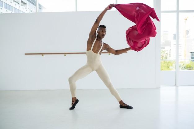 Балерина практикует балетный танец