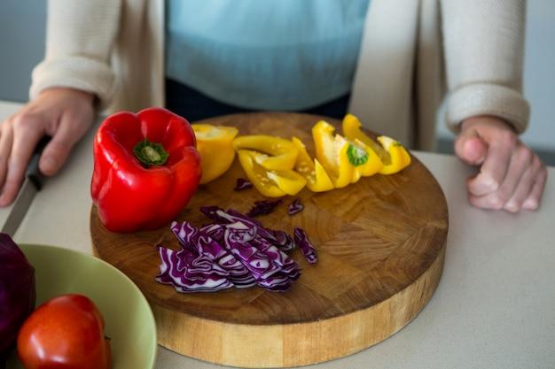 キッチンでみじん切り野菜のクローズアップ