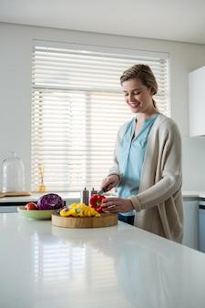 キッチンで女性カット野菜