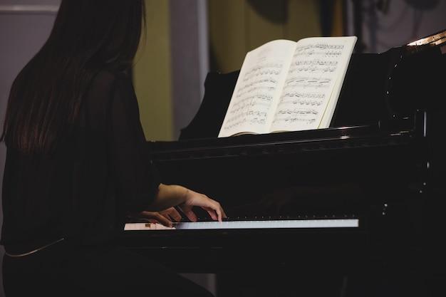 Студентка играет на пианино