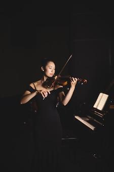 Студентка играет на скрипке