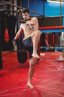 Боксер делает растяжку