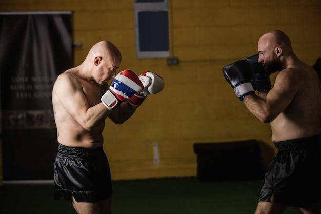 ボクシングを練習しているタイのボクサー