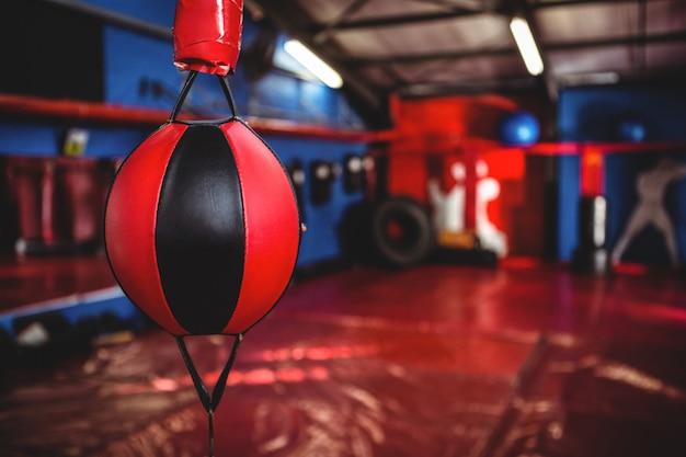 Крупный план скоростной боксерский мяч