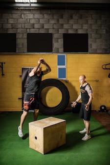 木製の箱で練習しているタイのボクサー