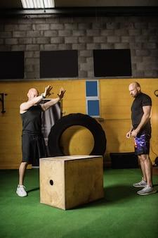 Тайские боксеры тренируются на деревянной коробке