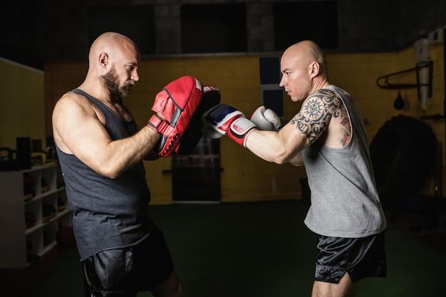 フィットネススタジオでボクシングを練習するボクサー
