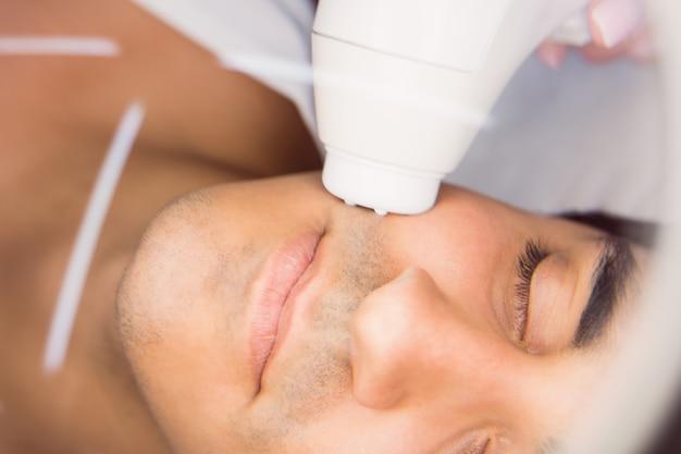 クリニックで顔のマッサージを受ける男