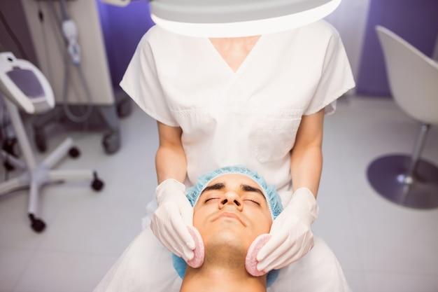 医者からマッサージを受ける男性患者