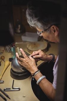 Мастерица работает в мастерской