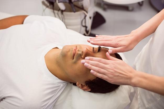 顔の治療を受けている患者