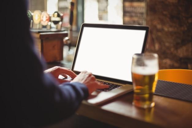 Человек, используя ноутбук