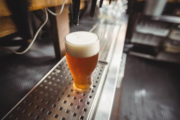 泡とビールグラスのクローズアップ