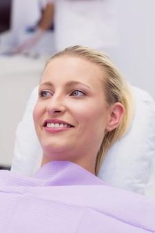 笑顔の女性患者