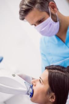 Пациент получает лечение зубов