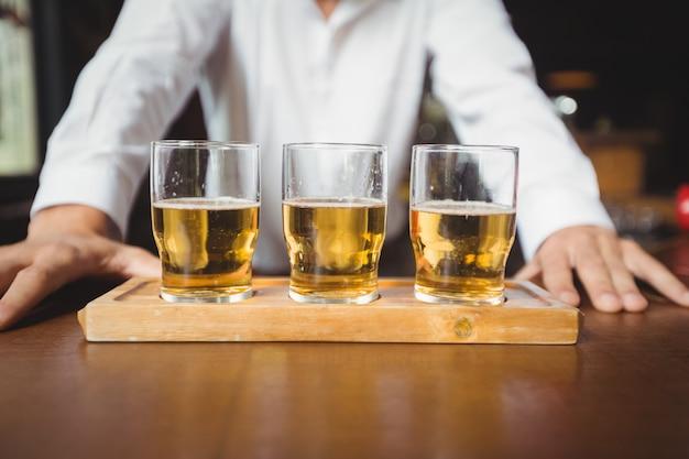 バーカウンターのビールグラスのクローズアップ
